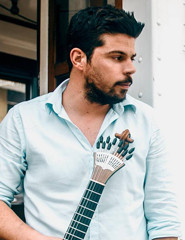 Ricardo Silva contado à guitarra